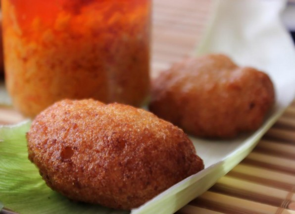 500g de haricots-cornilles, petits haricots blancs, ceux utiliser pour le koki) 250g de macabo blanc De l'huile de friture Du sel