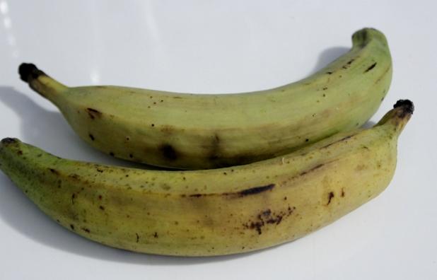 2 plantains à peines murent Du sel 2 cc de piment d'Espelette Un bain de friture